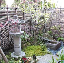 入り口のお庭です